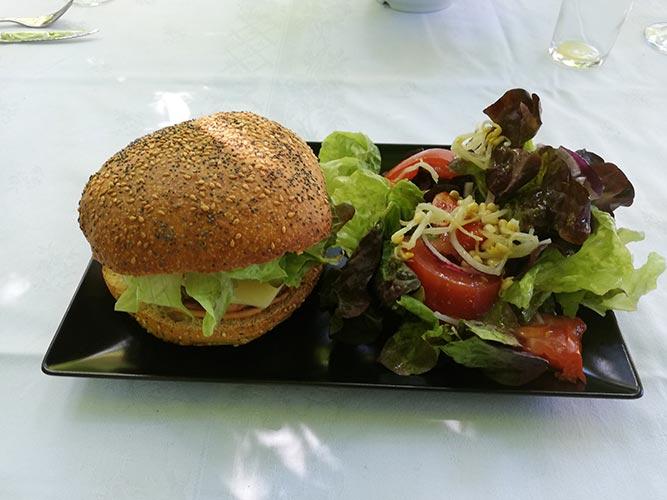 Burger et salade Brunch Grenoble au Chateau de Chaulnes